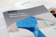 """Ein persönliches Gespräch mit dem Arzt kann die neue KfH-Patientenbroschüre """"Neue Niere. Neues Leben."""" nicht ersetzen, aber sie enthält für Patienten und Angehörige vertiefende Informationen und Wissenswertes rund um die Nierentransplantation."""