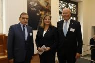 Die Parlamentarische Staatssekretärin Sabine Weiss mit dem KfH-Vorstandsvorsitzenden Prof. Dr. med. Dieter Bach (rechts) und dem KfH-Präsidiumsvorsitzenden Prof. Dr. med. Ulrich Frei (links). Foto: KfH/Peter Hahn