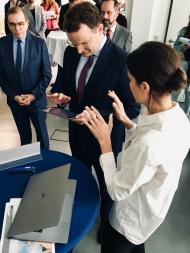 Bundesgesundheitsminister Jens Spahn bei der Präsentation der CentraXX Patienten-App mit dem ärztlichen Direktor der Charité Professor Frei (1. vl.) (Bild: Social-Media-Team/Charité)