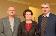 Die neue Doppelspitze, Manuela Faber und Dr. med. Thomas Krönert, gemeinsam mit dem Aufsichtsratsvorsitzenden, Landrat Marko Wolfram. Foto: Stephan Breidt