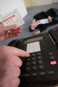 Bei einem medizinischen Notfall wie einem Schlaganfall gilt in der gesamten EU der Notruf 112. Quellenangabe: Stiftung Deutsche Schlaganfall-Hilfe