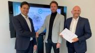 SBK-Fachexperte Marco Gillitz (Mitte) bei der Vertragsunterzeichnung mit den Dentavenir-Gründern Markus Utomo (links) und Georgios Giotakis (rechts).