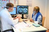 Prof. Simon bespricht mit seiner Patientin Katja Oesinghaus (80) bei der Kontrolluntersuchung die MRT-Bilder. Die Aufnahmen bestätigen, dass der Tumor vollständig entfernt werden konnte