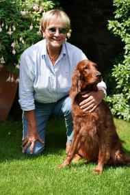 Katja Oesinghaus genießt ihren Garten mit ihrer sechsjährigen Irish-Setter-Hündin Marla