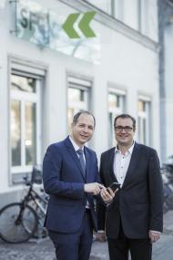 SkinScreener Gründer Dr. Michael Tripolt mit SFG-Geschäftsführer Christoph Ludwig (v. l.) Quellenangabe: SFG