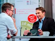 Sportwissenschaftler Klaus Clasing (rechts) berät die Teilnehmer des Checks individuell.