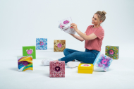 PTA IN LOVE-Covergirl Anika mit verschiedenen Sampling-Boxen, Fotocredit: Andreas Domma