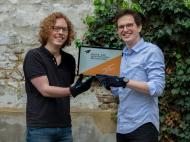 Gernot Sümmermann und Manuel Wessely entwickelten einen Handschuh für die Gamification der Reha.