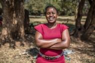 """""""Jeder kann sich mit HIV anstecken. Um uns zu schützen, müssen wir Kondome richtig und konsequent verwenden, offen mit unserem Partner darüber sprechen und uns testen und behandeln lassen können. Das vermittle ich anderen Jugendlichen. Wenn wir die Gesellschaft über HIV und Aids aufklären und das Bewusstsein schärfen, können wir die Epidemie endlich eindämmen."""" Doris Kagendo Kathia, Jugendberaterin aus einem DSW-Jugendklub in Nairobi, Kenia. Foto: DSW/Brian Otieno"""
