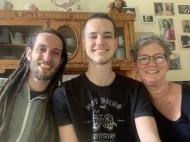Familie Berretz kann gut mit der seltenen Erkrankung HAE leben – und leistet dabei Aufklärungsarbeit für andere Betroffene (v.l.: Die Brüder Nils und Lars mit Mutter Stefanie, Foto: privat)