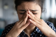 Biotechnologisch hergestellte Antikörper können Migräneattacken nachweislich reduzieren. (Quelle: Shutterstock/fizkes)