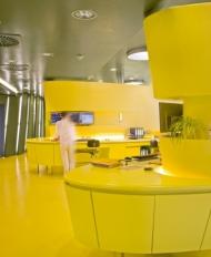 Ein kräftiger Farbton hebt diesen Empfangsbereich von anderen Funktionsbereichen der Arztpraxis ab.   Foto: Caparol Farben Lacke Bautenschutz