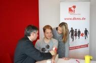 DKMS-Geschäftsführer Professor Stefan Winter nimmt Oliver Pocher 5 ml Blut für die Registrierung ab und seine Frau Alessandra hält Händchen