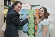 """""""Samira Veith beginnt im August an der Universitätsmedizin Mainz eine Pflegeausbildung in Teilzeit. Wie Ulrich Wirth, Leiter der Schulen für Gesundheitsfachberufe, ist sie von dem neuen familienfreundlichen Ausbildungskonzept überzeugt."""" (Bildquelle: Universitätsmedizin Mainz)"""