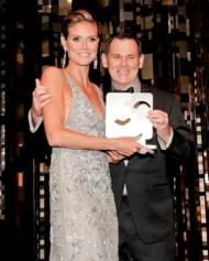 Heidi Klum erhält den Award von Coty Chef Bernd Beetz