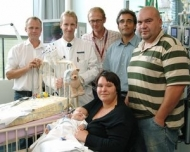 Von links: Dr. Guido Engelmann, Prof. Dr. Jan Schmidt, Dr. Jochen Meyburg, PD Dr. Claus Peter Schmitt (Sektion Pädiatrische Nephrologie am Zentrum für Kinder- und Jugendmedizin) sowie Familie Edelmann mit dem kleinen Finn. Foto: Universitätsklinikum Heidelberg