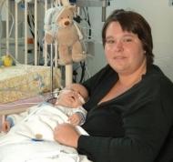 Der kleine Finn Edelmann und seine Mutter. Foto: Universitätsklinikum Heidelberg