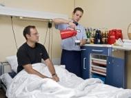 Paik Mekki (rechts) ist eine der ersten Hotelfachkräfte, die das Pflegepersonal auf den Stationen des Universitätsklinikums Heidelberg entlasten. Foto: Rothe