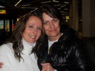 von links DKMS-Spenderin Sandra Gropengießer mit ihrer genetischen Zwillingsschwester, der geheilten Patientin Teresa Boos