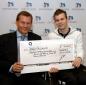 Scheckübergabe in Düsseldorf: Ronny Ziesmer (r.) nimmt den Scheck über 10 000 Euro von WuV-Geschäftsführer Gregor Ulrich entgegen