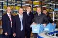 André Blümel (2. v.r.), Vorsitzender der GEHE-Geschäftsführung, überreichte zusammen mit Oberbürgermeister Gerhard Jauernig (2. v.l.) und den GEHE-Geschäftsführern Klaus Völker (ganz rechts) und Frieder Bangerter (ganz links) die erste GEHE-Wanne mit Arzneimitteln an Apotheker Rainer Kreibich (Mitte).