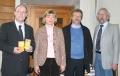 Gemeinsam gegen Armut (von rechts nach links): Martin Friz, Diakoniepfarrer und Vorsitzender der Schwäbischen Tafel Stuttgart, Dr. Ewald Hommel von der Ärzteschaft Stuttgart, Apothekerin Karin Graser und Michael Brinkert, Pressesprecher der GEHE Pharma Handel GmbH.