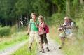 Wandern macht Jung und Alt Spaß, Quelle: obs/BKK Pfalz/Dominik Ketz