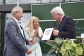 Ministerpräsident Volker Bouffier gratuliert dem Unternehmerehepaar Annette und Jürgen Pascoe zur Eröffnung des neuen Produktionsgebäudes. Bildrecht: Gießener Anzeiger / Manuela Falk