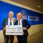 Foto v.l.n.r. Dieter W. Staubitzer, 1. Bundesvorsitzender Bundesverband AUGE e.V. und Herr Bernd Holzhauer, Repräsentant der Krankenkasse DAK-Gesundheit in Hamburg