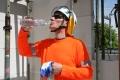 """Die nächste Hitzewelle rollt an: Für Menschen, die im Freien arbeiten sind wirksamer Schutz vor UV-Strahlen und Hitze besonders wichtig. / Arbeiten im Freien: Vorsorgeuntersuchungen für Beschäftigte der Bauwirtschaft - """"Selbsttest Hautkrebs"""": Onlinetest der BG BAU hilft bei individueller Früherkennung (Bildrechte: BG BAU Berufsgenossenschaft der Bauwirtschaft Fotograf: Thomas Lucks/ BG BAU)"""