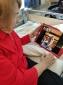 """Patientin Hilde Hebestreit ist über ihren Tablet-PC mit Sohn Bruno verbunden. Auf diese Weise können auch Ärzte mit dem Angehörigen Kontakt aufnehmen. Die Verwendung dieses Bildes ist für redaktionelle Zwecke honorarfrei. Veröffentlichung bitte unter Quellenangabe: """"Stiftung Deutsche Schlaganfall-Hilfe/Thomas Kloß"""""""