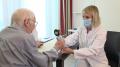 Ein typischer Funktionstest am Tag vor der Operation ist die Handkraftmessung als Bestandteil des geriatrischen Assessments. (Foto: Marcel Mompour)