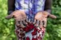 """Eine ehemalige Beschneiderin aus West Pokot (Kenia) erzählt: """"Ich habe weibliche Genitalverstümmelung in der Gemeinde praktiziert, weil es eine Kultur ist und ich es von meinen Eltern geerbt habe. Ich hörte mit der Praxis auf, weil es eine Aufklärungskampagne in der Gemeinde gab. Ich habe viele junge Mädchen gesehen, die aufgrund der Komplikationen verblutet sind, vor allem während der Geburt. Diese Praxis sollte aufhören, denn es ist gegen das Gesetz, es führt zum Tod von so vielen Mädchen, über die die Gemeinschaft nicht spricht, die Leute schweigen einfach.""""  Urhebernachweis: © Brian Otieno/ DSW"""