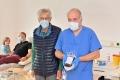 Harry Wagner (Mitte) ist auf Blutspenden angewiesen, wie sie im Evangelischen Klinikum Bethel entnommen werden. Dr. Klaus Leimkühler freut sich über die Unterstützung. Foto: Manuel Bünemann